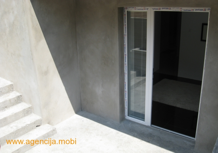 Ulaz u stan. Dva platoa koja pripadaju stanu a gde se mogu postaviti garniture za sedenje