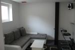 Pogled na dnevnu sobu iz ulaznog dela. Potpuno nova garnitura koja se prodaje zajedno sa stanom