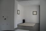 Pogled ka ulaznom delu iz dnevne sobe. Na zidu su dve slike koje su ustvari zvucnici i koji idu u sklopu stana